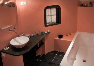 Roze badkamer in beton ciré